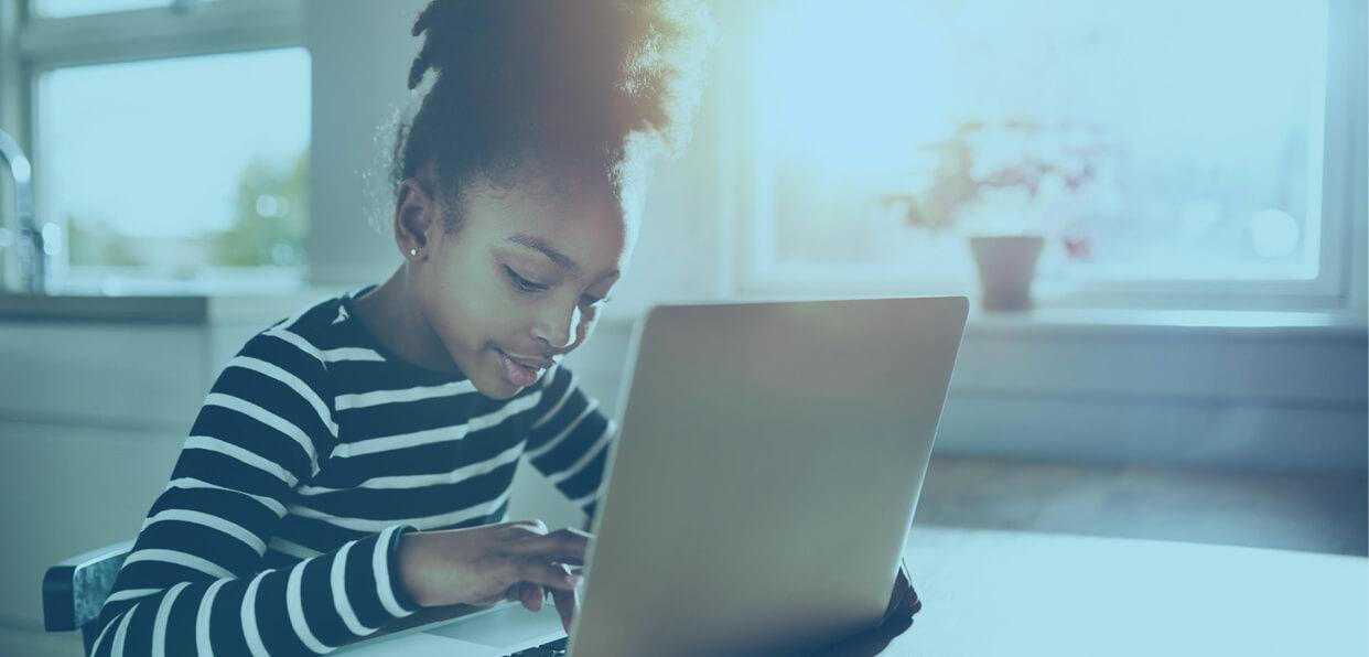 Offrir des ordinateurs aux enfants pour leur permettre de poursuivre leur éducation