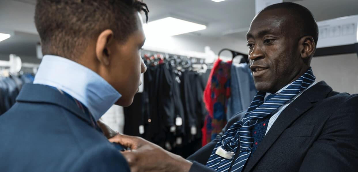 Collecter des vêtements professionnels pour des entretiens d'embauche