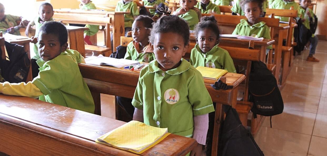 Distribuer des fournitures scolaires à Madagascar