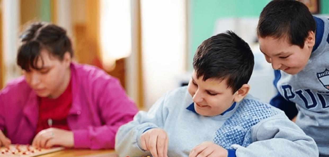 Accompagner des enfants en difficulté par les arts