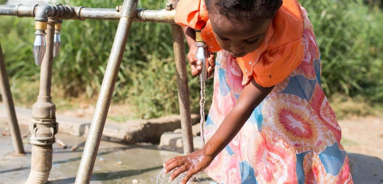 Distribuer de l'eau potable à des enfants en Afrique